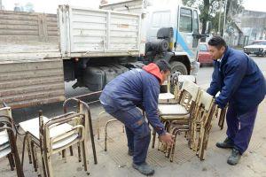 arreglo de sillas y mesas